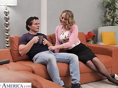 Sexy housewife Elle McRae takes the lead and soft-soap scrounger for unlucky fuck