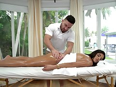 Vienna Clouded receives a fortifying oil massage onwards fucking their way masseur